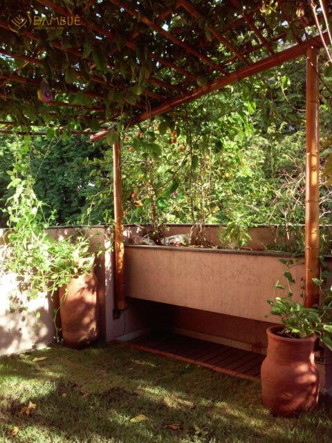 estrutura de bambu no jardim