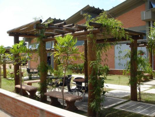estrutura com toras de madeira