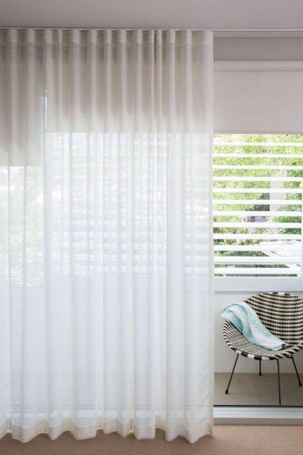 sala com cortina branca