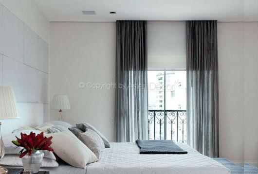 quarto de casal com cortina cinza