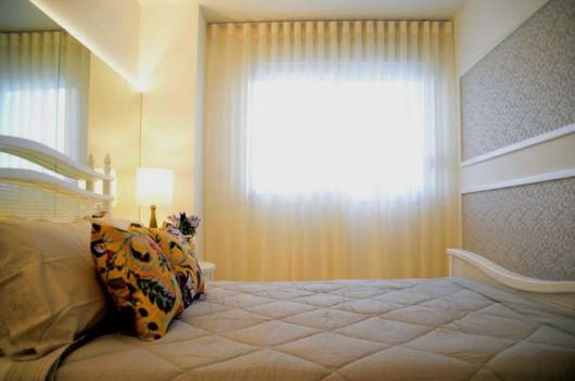 quarto com cortina bege