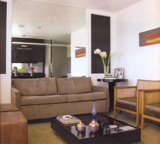 sala pequena com sofá marrom