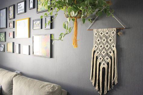 sala com parede de quadros