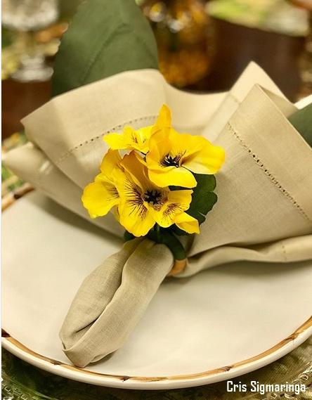 mesa posta com guardanapo de linho