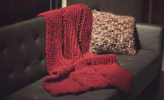 Decoração de sofá com manta de tricô