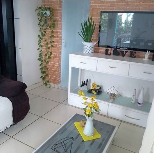 sala simples com parede de tijolo a vista
