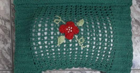 porta-papel toalha de crochê verde com rosa vermelha
