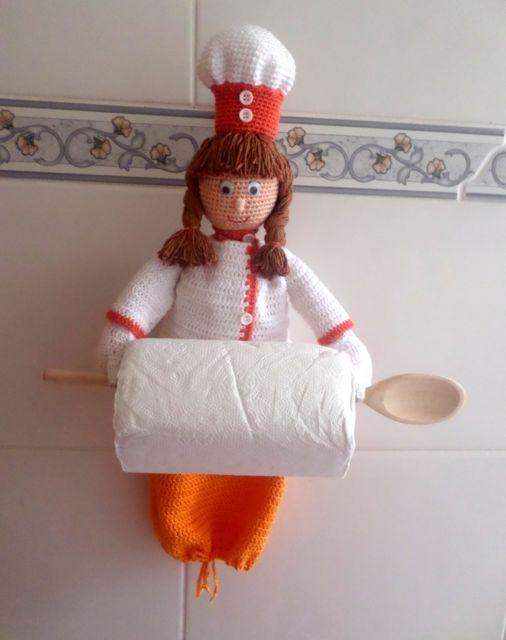 porta-papel toalha de crochê com boneca