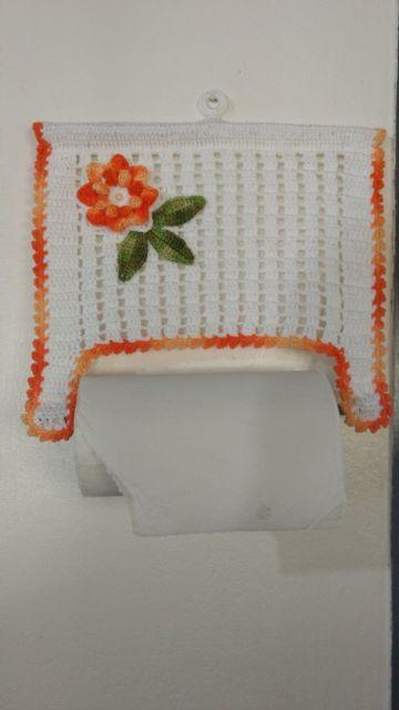 porta-papel toalha de crochê com flor laranja