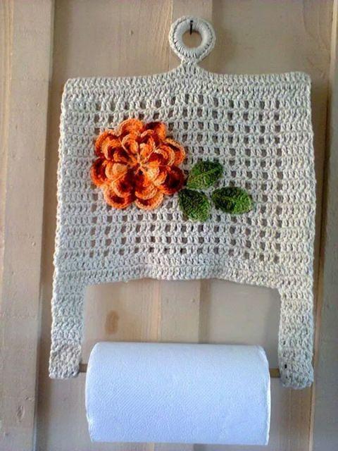 porta-papel toalha de crochê pendurado em gancho