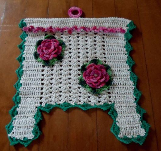 porta-papel toalha de crochê com flores rosas