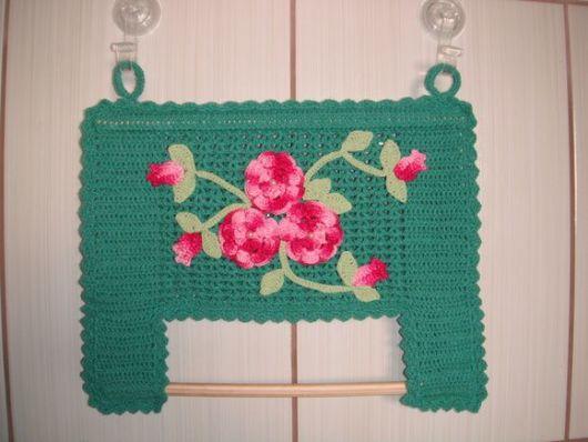 porta-papel toalha de crochê com flores e folhas