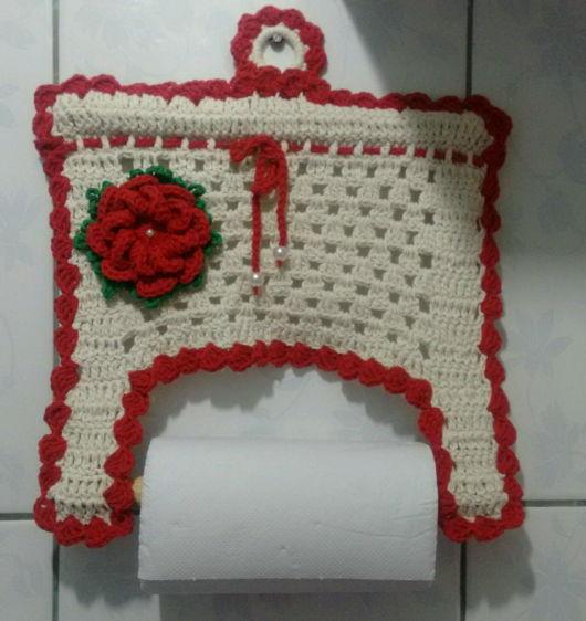 porta-papel toalha de crochê creme com rosa vermelha