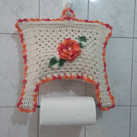 porta-papel toalha de crochê pendurado na parede