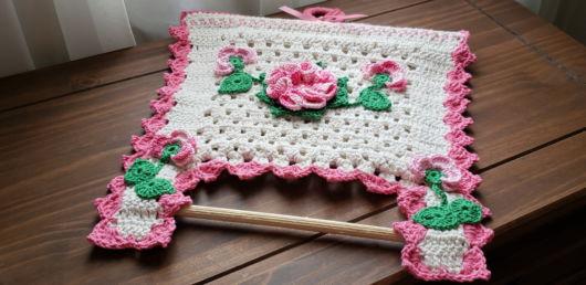 porta-papel toalha de crochê com haste de madeira