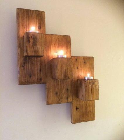 painel de madeira com velas