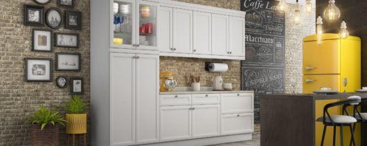 cozinha com molduras e quadros decorativos.