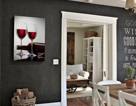 quadro com imagem de taça de vinho.