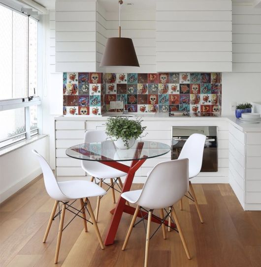 Sala de jantar pequena decorada