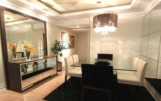 Sala de jantar decorada com espelhos