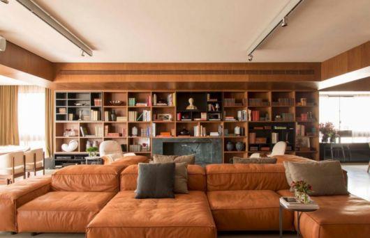 sofá de couro caramelo