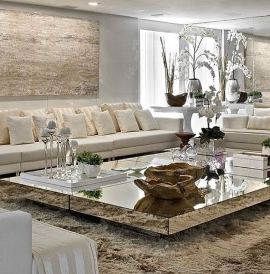 sala grande com sofá branco