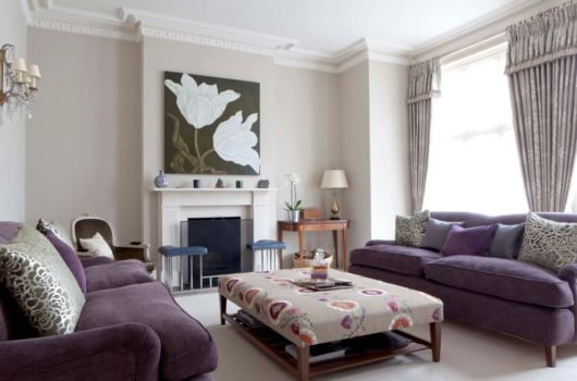 sofá roxo simples com almofadas