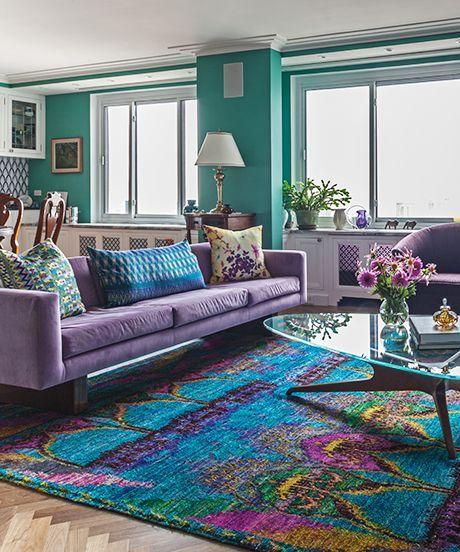 sofá roxo em sala colorida