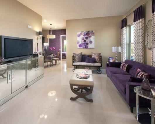 sofá roxo em sala espaçosa