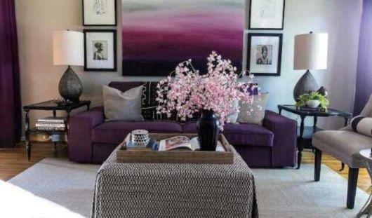 sofá roxo com quadro roxo