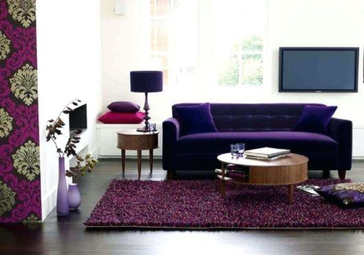 sofá roxo três lugares