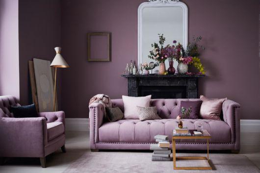 sofá roxo estilo antigo