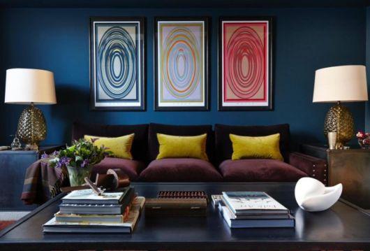 sofá roxo com almofada mostarda