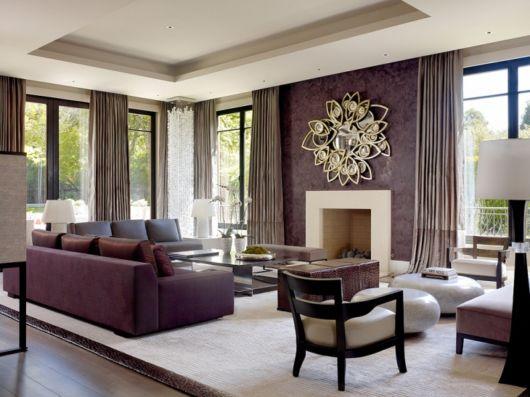 sofá roxo no canto da sala