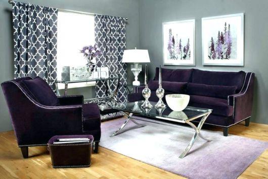 sofá roxo liso com tapete e cortinas