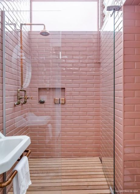 Banheiro com decoração rosa