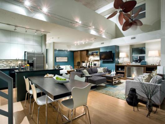 ventilador de teto moderno em espaço amplo