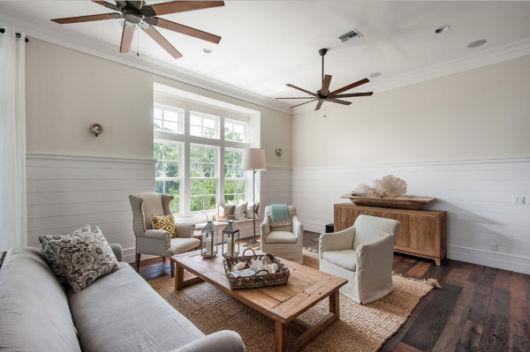 ventilador de teto moderno de madeira em sala de estar
