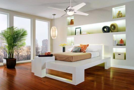 ventilador de teto moderno em quarto de casal