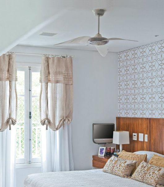ventilador de teto moderno em quarto de solteiro branco