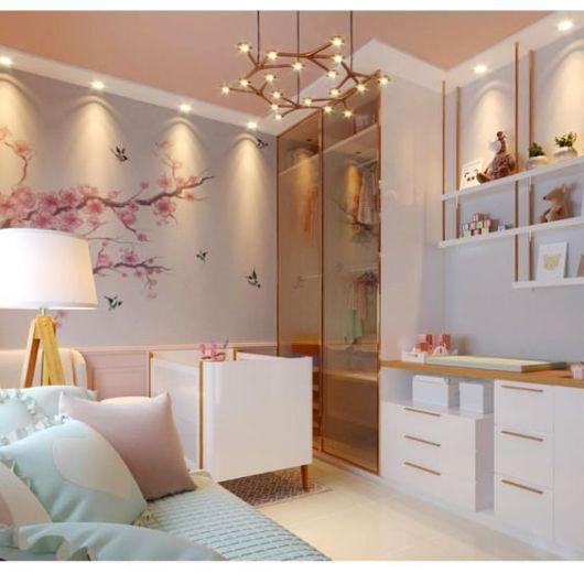 Berço branco em quarto com cores claras.