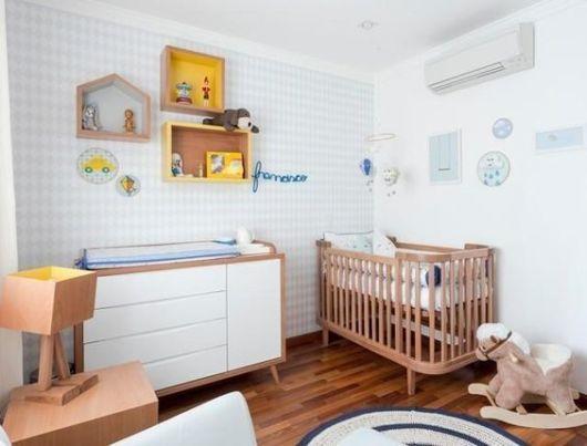 Berço de madeira em quarto infantil com cores claras.