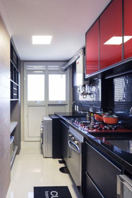 Cozinha com armários e cooktop coloridos.