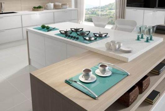 Cozinha americana com cooktop azul.
