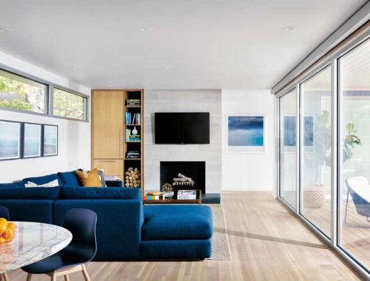 sala decorada com sofá azul