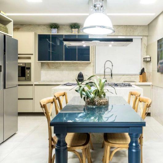 cozinha moderna e com mesa