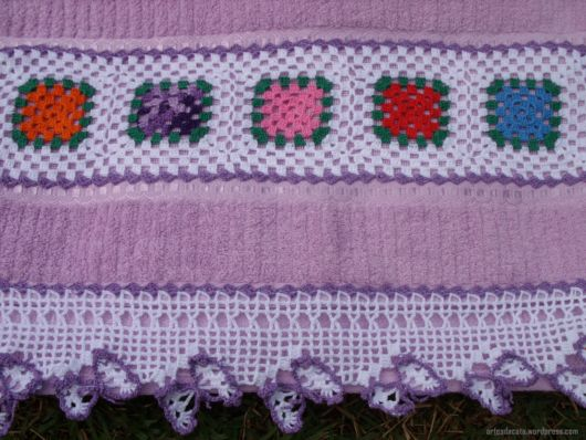 toalha de banho decorada com crochê