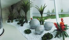 jardim interno com pedras