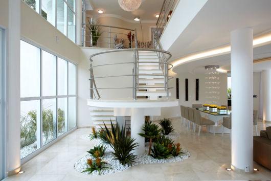 jardim embaixo escada