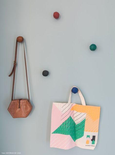 cabideiro colorido para bolsas